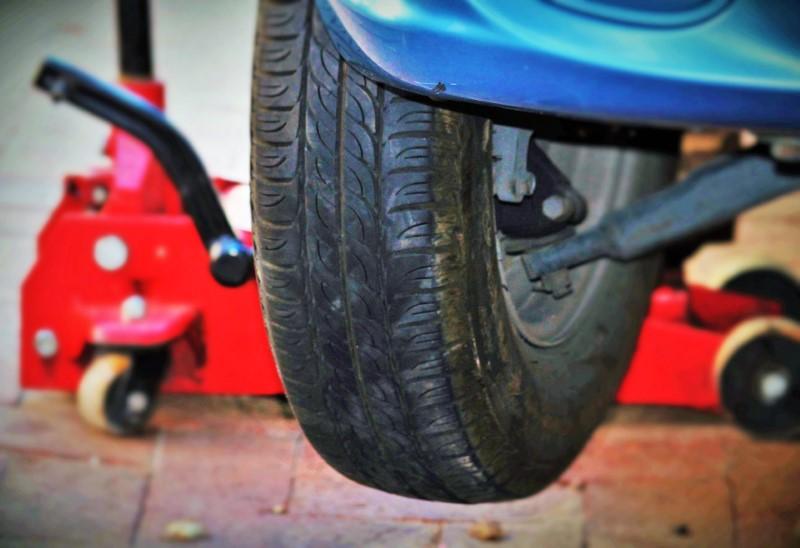 dizalica za auto dobro dođe prilikom zamjene guma